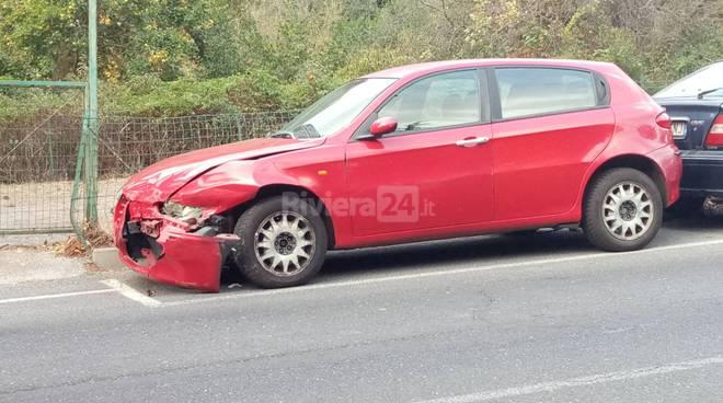 riviera24 -  auto e moto abbandonate in via Acquarone a Porto Maurizio di Imperia