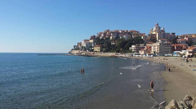 riviera24 - Ponte di Ognissanti, boom di turisti in spiaggia in Riviera