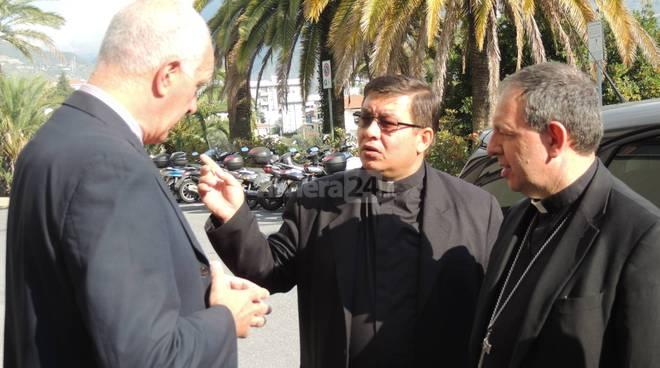 riviera24 - vescovo suetta in visita al comune di taggia
