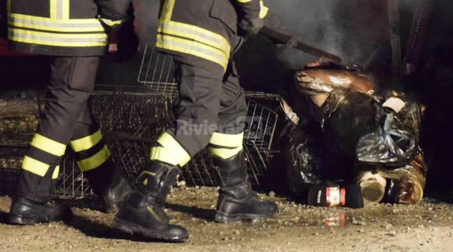 riviera24 - furgone incendiato sanremo vigili del fuoco notturna