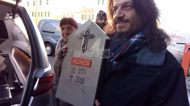 riviera24 - Bare e carro funebre, cala il silenzio sull'Agnesi di Imperia