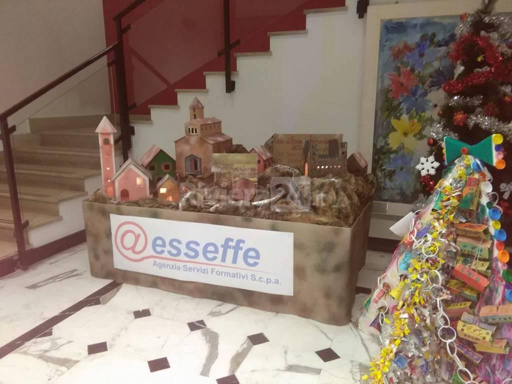 riviera24 - Presepe autocostruito da @esseffe nell'atrio del palazzo comunale