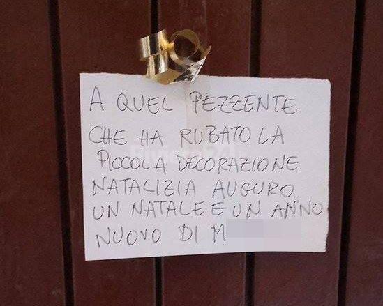 Decorazioni Per Porte Natalizie : Sanremo ruba la decorazione natalizia dalla porta di una casa: i