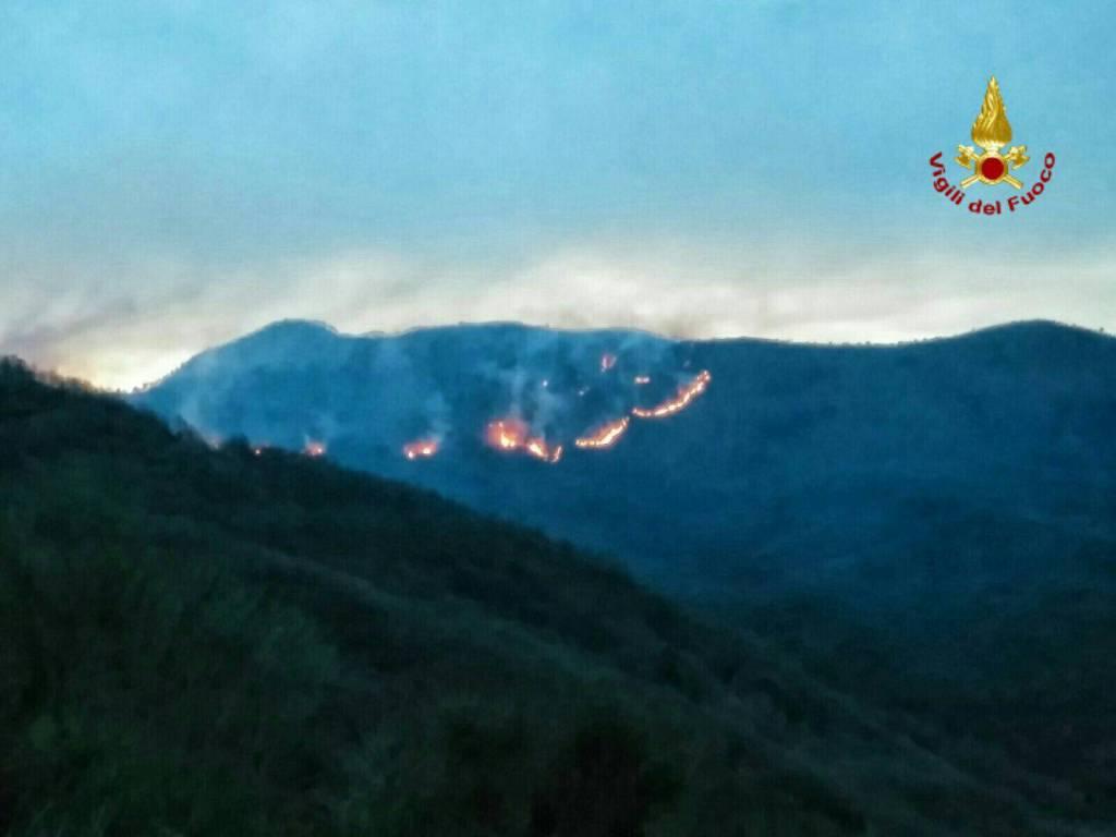 riviera24 - Foto incendio di vigili del fuoco
