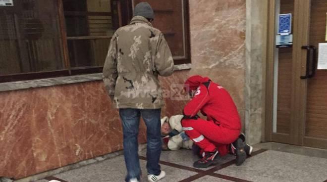 riviera24 - Volontari CRI distribuiscono bevande calde ai senzatetto