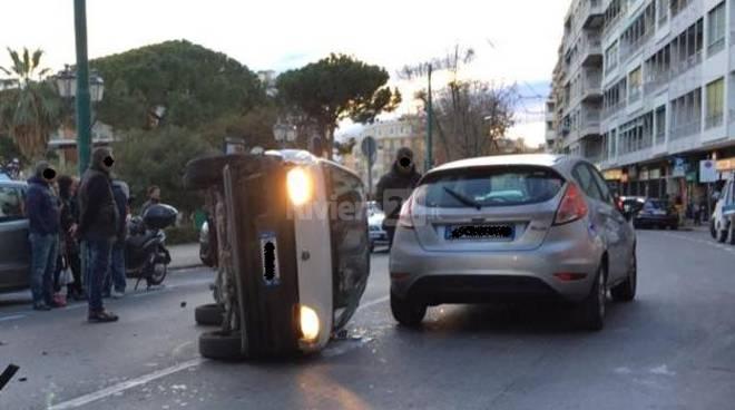 Sanremo spettacolare incidente in centro: tre auto coinvolte, una finisce ruote all'aria. Nessun ferito
