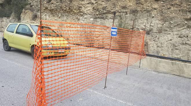 """Agricoltore blocca la strada della discarica di Collette Ozotto: """"Di qui non si passa, la terra è mia!"""""""