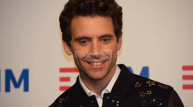 Mika canta al Festival di Sanremo. Ma il microfono…VIDEO