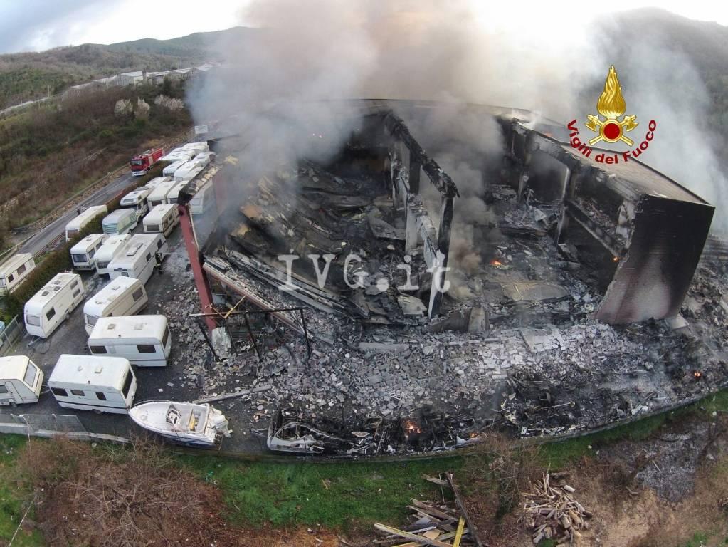 riviera 24 - Ortovero,incendio capannone: distrutti c camper e roulotte
