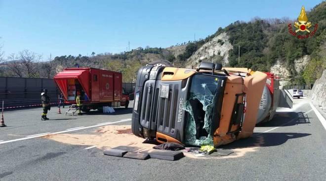 riviera24 camion ribaltato cisterna autostrada