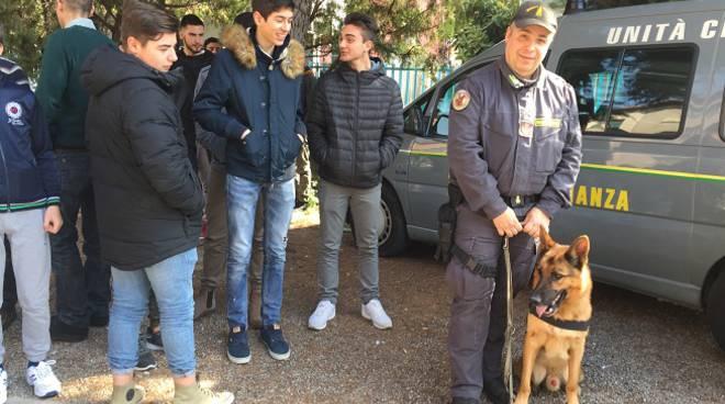 riviera24 - Guardia di Finanza e studenti del Fermi-Polo-Montale di Ventimiglia