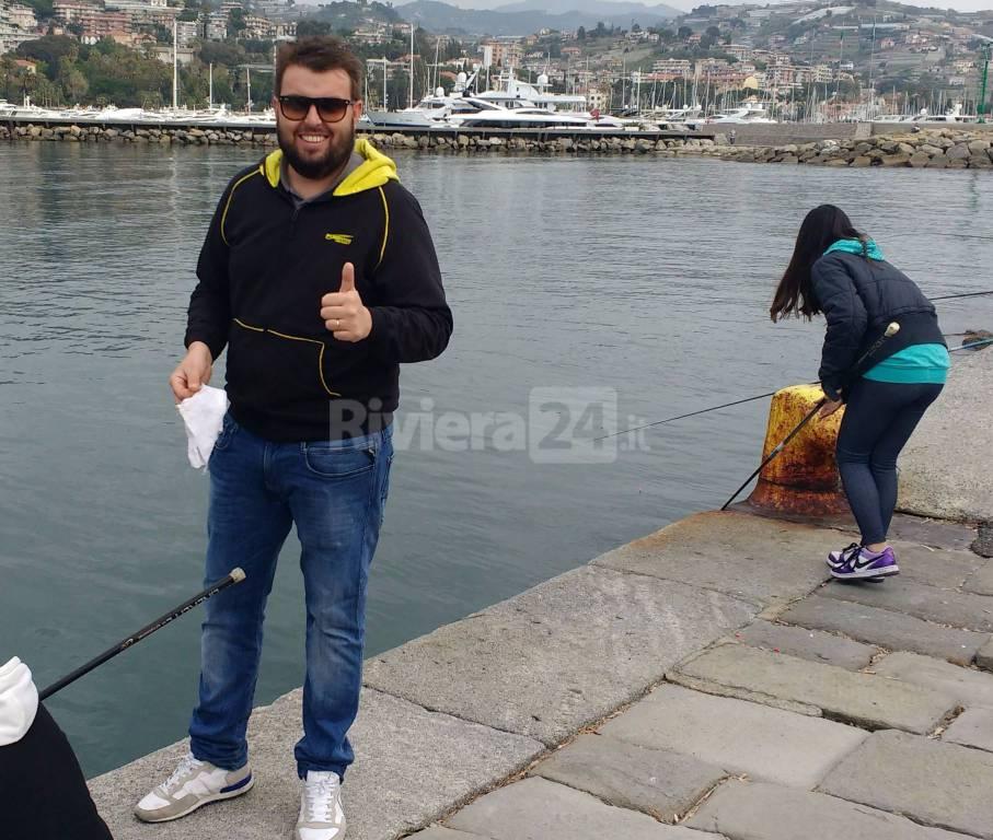 Riviera24 - Sanremo, i ragazzi dell'Istituto Calvino a scuola di pesca dal campione mondiale Mattia Ferrari