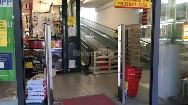 "riviera24 - Furto a ipermercato cinese alle ""Braie"""