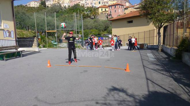 Riviera24 - Giochi di primavera  scuola primaria A. Ferrari di Cervo