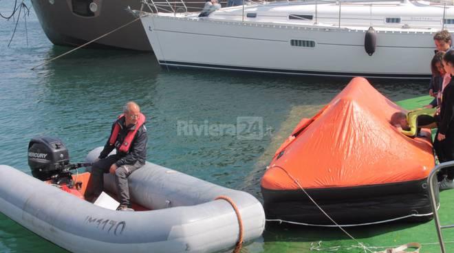 Riviera24 - Guardia costiera, dimostrazione di salvataggio