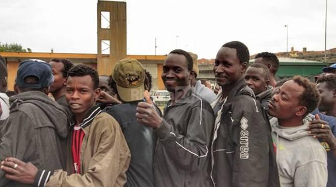 500 migranti a Roverino per la cena distribuita dalle associazioni umanitarie