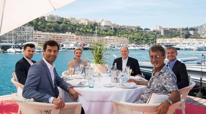 Gli ex piloti Coulthard e Weber con Alberto II di Monaco e Charlène (foto G. Luci e E. Mathon)