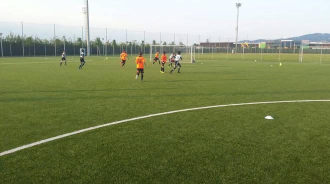 I giovani calciatori dell'Ospedaletti a Vinovo in amichevole contro la Juventus
