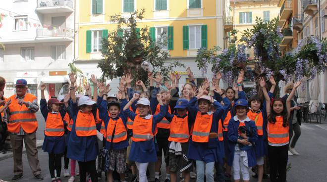 riviera24 - Bambini del Pedibus a Sanremo