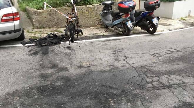 riviera24 - Motorino carbonizzato a Imperia