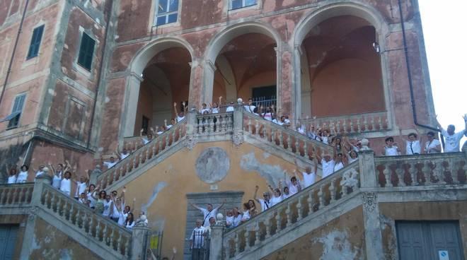 riviera24 - A Ventimiglia tutti in bianco per riscoprire le antiche mura della città