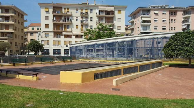 riviera24 - Imperia, migranti  giardini Toscanini scritte sui muri