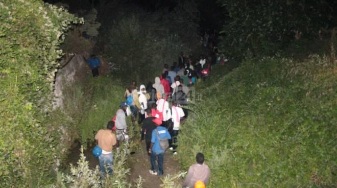 riviera24 - migranti a ventimiglia nel roya 25 giugno 2017 notturna
