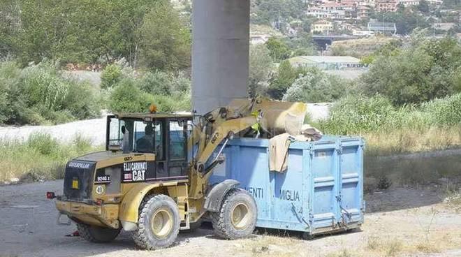 Ventimiglia, pulizia del greto del fiume Roja