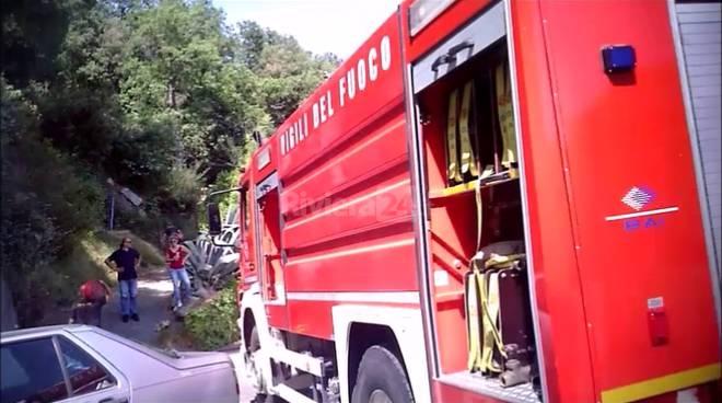 L'intervento dei vigili del fuoco per rifornire la cisterna