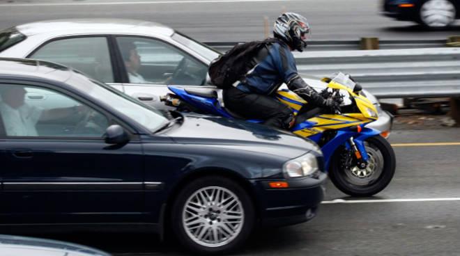 moto in autostrada