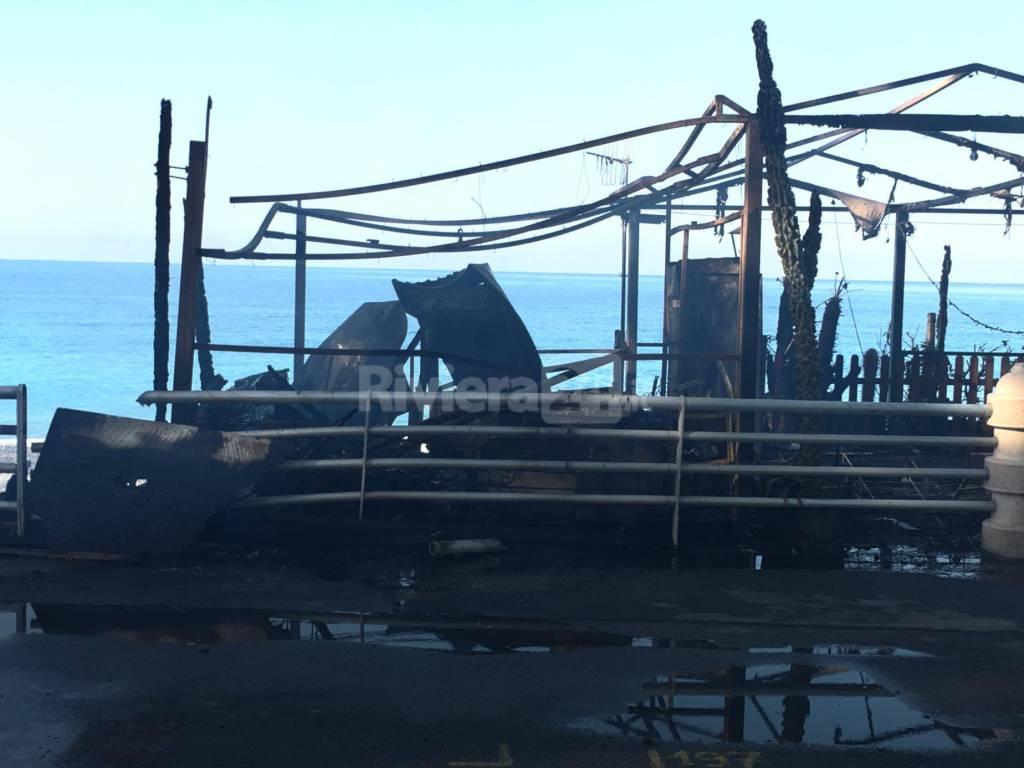 Bagni Chica Loca Bordighera : Bordighera nella notte chica loca distrutto dalle fiamme riviera