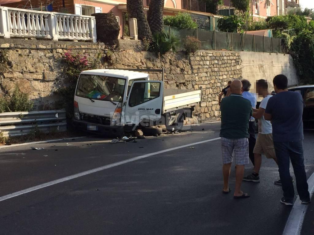riviera24 - Imperia, terribile schianto frontale sull'Aurelia: due feriti, due mezzi distrutti e traffico bloccato