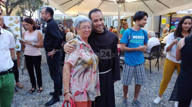 Selfie e autografi per frate Alessandro