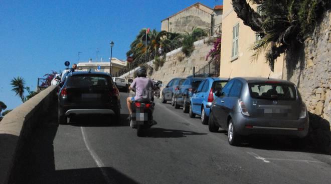 Auto in divieto di sosta