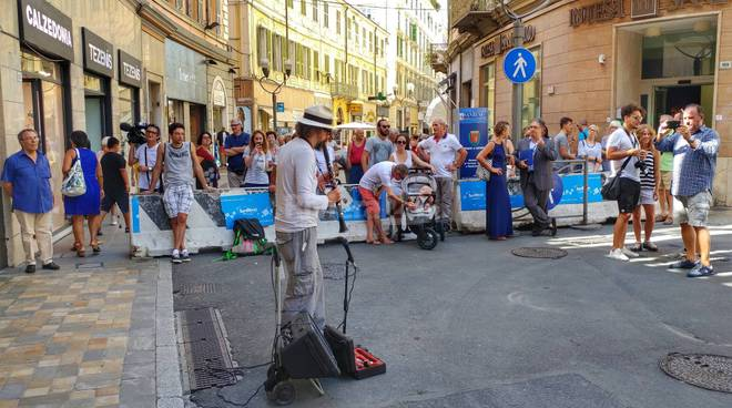 La protesta di Marco Fusi, il musicista torna a suonate davanti all'Ariston