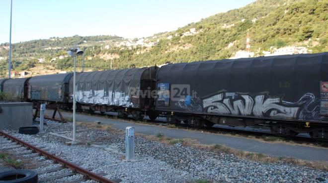 Treno merci occupato da migranti a Ventimiglia