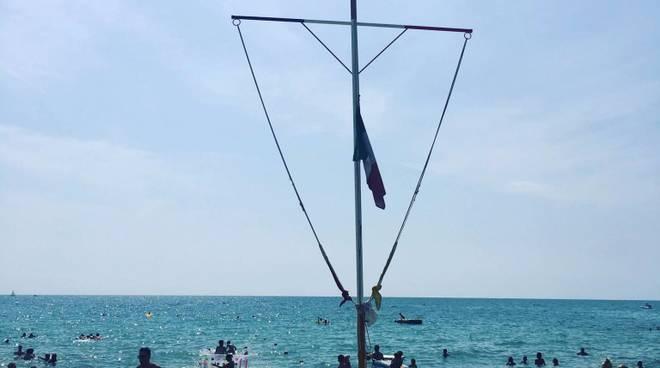 riviera24 - Bandiera a mezz'asta