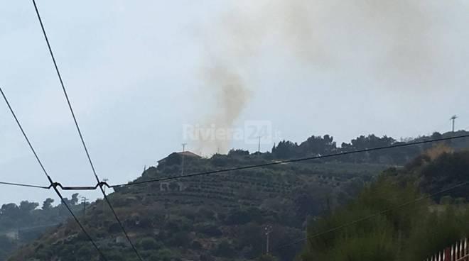 riviera24 - Incendio boschivo sul Monte Nero