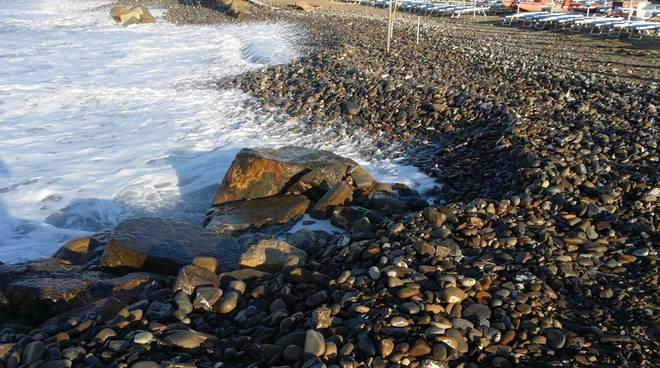riviera24 - Mareggiata alle spiagge della foce