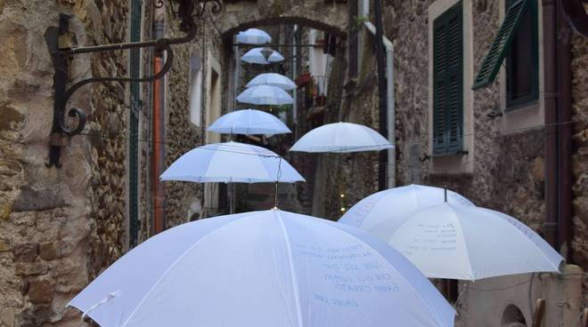 riviera24 - Ombrelli bianchi