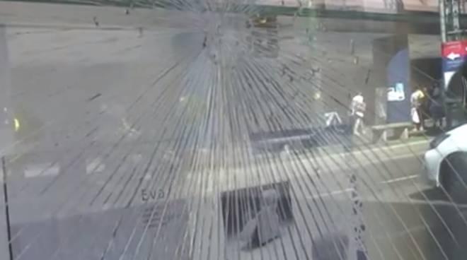 riviera24 Sanremo, vandali in azione di fronte al Palafiori: la denuncia dei commercianti