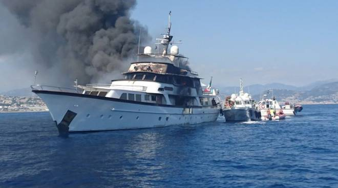 "riviera24 - Yacht in fiamme davanti a Nizza, ""If Only"""