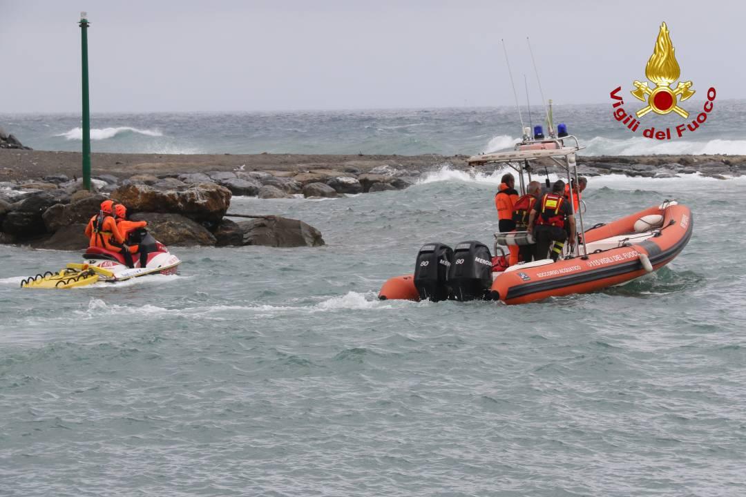 barca si arena sugli scogli ad Arma di Taggia