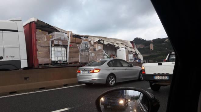Tir si ribalta sulla A10 tra Savona ed Albisola, la situazione