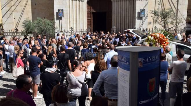 Piazza San Siro gremita per l'ultimo saluto all'ex dirigente della Sanremese Luca Colangelo