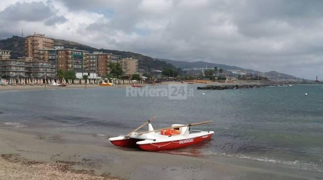 riviera24 - Arma di Taggia, barca si arena sugli scogli