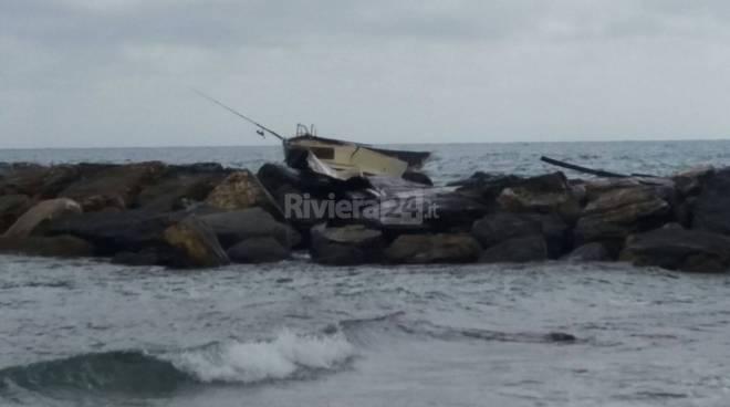Arma di Taggia, barca si arena sugli scogli: si cerca un disperso