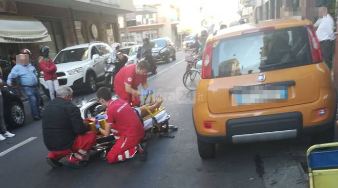 Scontro auto-scooter in piazza Marconi, donna incinta all'ospedale