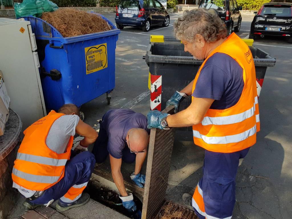 riviera24 - pulizia dei tombini a Vallecrosia