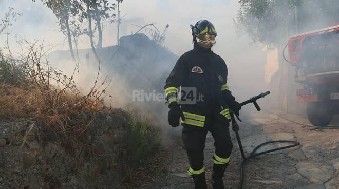 riviera24 - Taggia, grosso incendio di sterpaglie vicino alle case